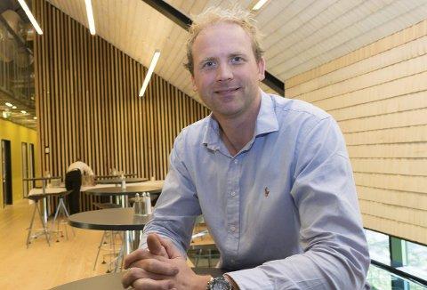 FORSIKTIG GJENÅPNING: Eirik Tetlie er medeier i Oldemors Karjol. I helgen åpnes dørene igjen.