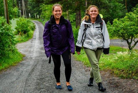 PÅ PILEGRIMSVANDRING: Tonje Olsen og Ida Marie Røed har det fint på tur langs pilegrimsleden. Her er de i Skarpsnogata i Hole, utenfor Skomakerstua, hvor de tok en etterlengtet pause.