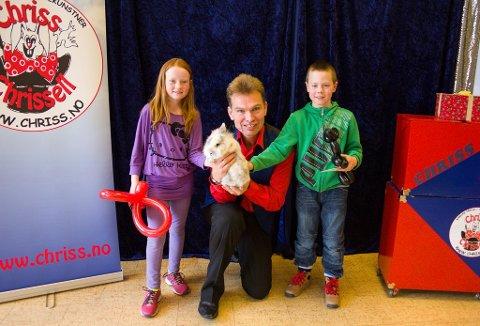 TRYLLEHJELPERE: Angelica Olafsen (t.v.) og Moltke Erling Dahl-Brunheim fikk ballongdyr da de hjalp tryllekunstneren Chriss Chrissell.