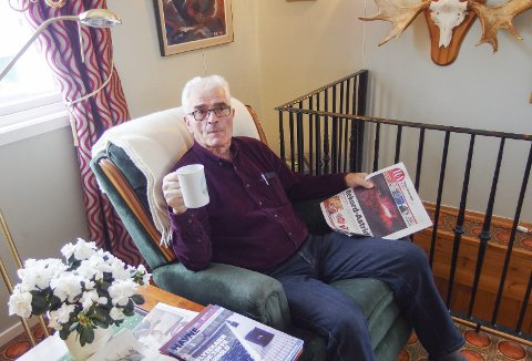 HA OG KAFFE: Jahn Harboe er fortsatt en svært aktiv person, men morgenkaffen med HA tar han seg tid til. Lørdag fylte han 70 år. Foto: Tille Andreassen