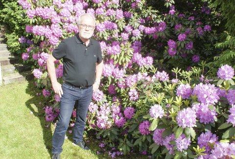 I HAGEN: Med bolig på Tosterødberget er det kort til naturen. Også i hagen er det frodig og rhododendron står i full blomst. Foto: Terje Vidar Høvik