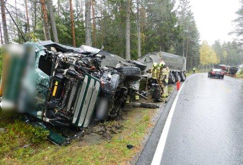 KOLLISJON: To lastebiler med asfalt kolliderte langs riksvei 22 i Rakkestad ved grensa til Halden. En av sjåførene ble tatt med til sykehus i ambulanse.