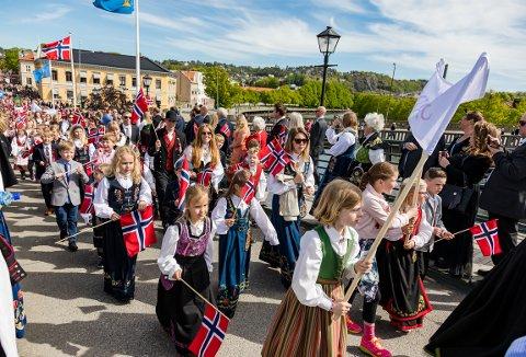 TILBAKE I TOGET: Politikerne i Halden åpner for at lærerne igjen skal få betalt for å gå i 17. mai-toget med elevene sine.
