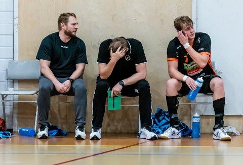 OVERKJØRING: Sigvald Andreassen, Jan Thomas Lauritzen (hodet nede) og August Storbugt hadde en tung dag på jobben mot Viking.
