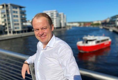 Frps toppkandidat Erlend Wiborg legger frem tall som viser at to av tre sosialhjelpskroner i Fredrikstad går til personer med innvandrerbakgrunn. Han mener dette er et tydelig bevis på dårlig integrering og vil si nei til nye flyktninger de neste ti årene.