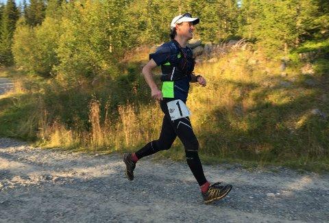 MOT MÅL: Ultraløper og utflyttet stangesokning Arne Martinus Lindstad har bare 60 meter igjen til mål etter å ha løpet 90 kilometer i Gåsbu-terrenget.