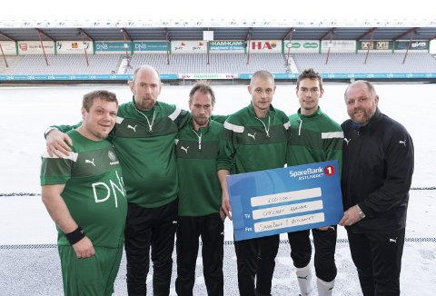 SJEKK: 200.000 til Gatelaget. Fra venstre: Ola Waalberg, Kjell Grønvold, Kim Erik, Aleksander Kaumer, Tommy Forsman og Kai Kristiansen.