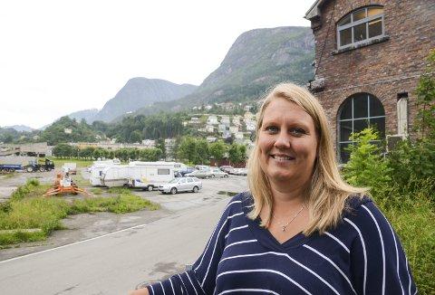Næringsrådgjevar Elisabeth W. Hauge viser fram arealet på Smelteverkstomta som etter planen skal verta nytta til næring.
