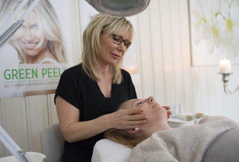 Heimesalong: Evelyn Ramberg med kunde Birgitte Skare Opedal, som får «Green Peel»-behandling.