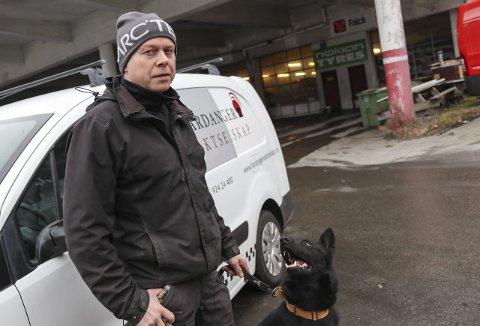 På vakt: Morten Garen rykker sjølv ut når alarmen går, sjølv om det ikkje er så ofte. Hunden Toffen er og med. foto: Synnøve Nyheim