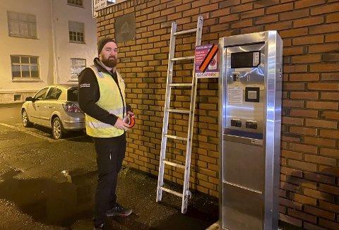 Folgefonngata: Ivan Jonsson, trafikkbetjent i Odda Parkering, var tidlig fredag morgen ute for å stenge ned automatene, samt blende skile om avgifteparkering og bruk av EasyPark-appen. Foto: Eivind Dahle Sjåstad