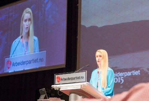 Line Steine Oma på talerstolen under landsmøtet i Ap i 2015.