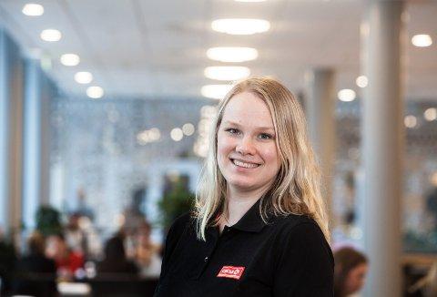 TRIVES PÅ JOBB: Ida Haraldseid på plass på stasjonen i Ølensvåg. – Det beste med jobben er det gode arbeidsmiljøet og de varierte arbeidsoppgavene, sier hun.