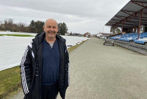 ENGASJERT OG STOLT: Styreleder i Kopervik IL, Helge Morten Eikeskog, forteller om utbyggingsplaner for 25 millioner kroner på Åsebøen.