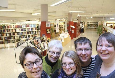 Møteplass: Mosjøen bibliotek blir nå en fast møteplass også for ungdom. F.v. Ingrid Nordås, Irene Bergsnev, Tonje Christina Kristoffersen, Johnny Strand Dahl og Arnhild Fiskvik. Foto: Jon Steinar Linga