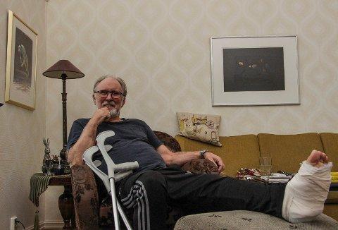 Ketil Dorp må belage seg på lange dager hjemme i sin egen stue før foten er leget og lungebetennelsen jaget på dør.