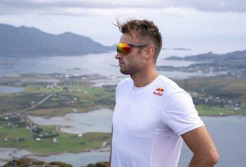 LØPER: Petter Northug jr. skal løpe 10 km i Torghatten Maraton. Her er han i Lofoten, og nå får han prøve seg på Helgelandskysten.          Foto: Per Magne Dalen