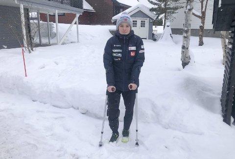 OPERERES: Eirin Maria Kvandal falt stygt i Hinzenbach søndag 7. februar og ble båret ut av bakken med skade i høyre kne. Hun var i karantene fram til tirsdag, og ble undersøkt i MR onsdag. Nå blir det operasjon på St. Olavs hospital.  Foto: Henning Stensrud