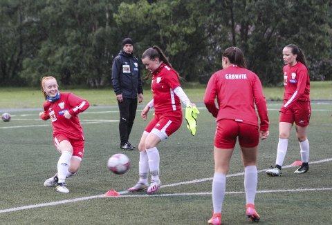 TRENING: Halsøy IL har lag både i J15 og J17, og til høsten starter 2. divisjon opp igjen etter nesten to års pause. Det betyr at mange av de unge spillerne får mange kamper på kort tid. Her er det J17 som har trening med trenerne Einar Johnsen og Børge Nikolaisen  Foto: Per Vikan