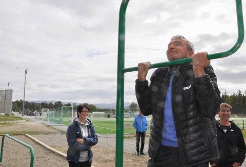 Styreleder Knut Krane tester ut den nye hinderløypa på Alta Idrettspark.