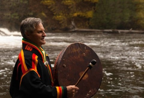 SJAMAN: Eirik Myrhaug er sjaman og den eldste i sjamanrådet. Nå vil han opprette en godkjenningsordning for sjamaner.