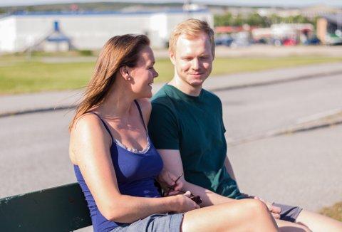 PÅ BESØK: Ragnhild Draglund (24) er på besøk i Vadsø på ferie hos Konrad Tonder (27). - Vi kom hit fra ferie i Kroatia nå. Der var det litt for varmt, men her er det perfekt, sier de.