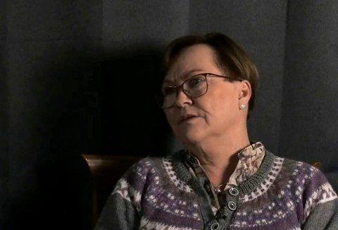 SYKEHUSPREST: Karen Lorentzen roser ledelsen, og benytter samtidig anledningen til å fortelle folk at hun er tilgjengelig i forbindelse med koronakrisa. Her avbildet på en tidligere iFinnmark-sending.