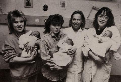 FULLMÅNEBARN: Her er fire av fullmånebarna på Kirkenes sykehus, sammen med mødre og jordmor. Fra venstre ser vi Vibeke Melhus med sønn, Rita Johnsen med datter, jordmor Annie Henriksen og Liv Frøland.