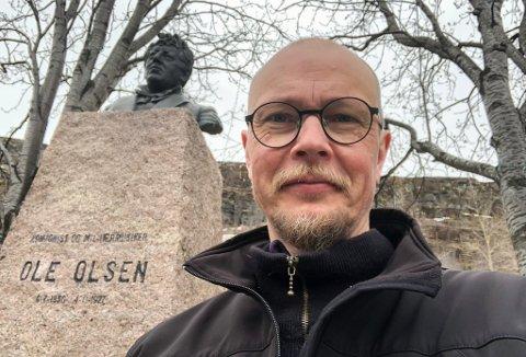 FOR OLE: Antti Nissilä foran bysten av Ole Olsen, i sentrum av Hammerfest. - Etter en operakonsert fikk jeg virkelig øynene opp for en stor komponist han var.
