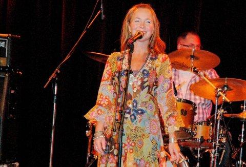 Aktiv dame: Hilde Merete Øverby er aktiv som aldri før på musikkfronten. Nå arbeider hun med to ulike prosjekter samtidig.foto: roger ødegård