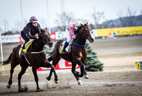 I SIGET: Hedda Edvardsen (rosa drakt) i oppløpskamp på den Erik Killingmo-trente Attorney Hanover. FOTO: MARTHE EDVARDSEN