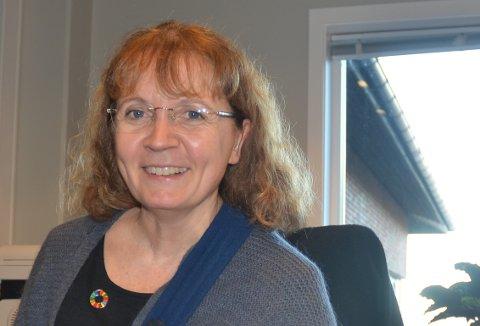 HJELPENDEHÅND: Aurskog Sparebanks administrerende banksjef Evy Ann Hagen er glad for at kunder som trenger hjelp tar kontakt. – Vi beroliger og hjelper som best vi kan, sier hun.