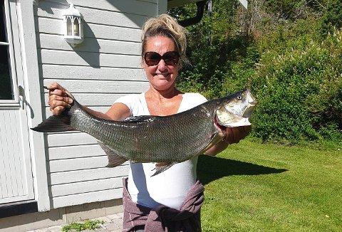 OVERRASKET: Trine Uggerud (49) ble overrasket da hun fikk en asp på kroken da hun fisket i Øyeren.