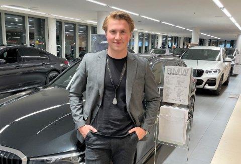 DEN NYE HVERDAGEN: Marius Bratlis nye hverdag: Nybilselger av BMW hos Bavaria i Oslo. – Jeg trives godt, men hadde helst sett at jeg kunne ha fortsatt skøytekarrieren min for å se hvor langt jeg kunne nå, sier 23-åringen fra Fetsund.