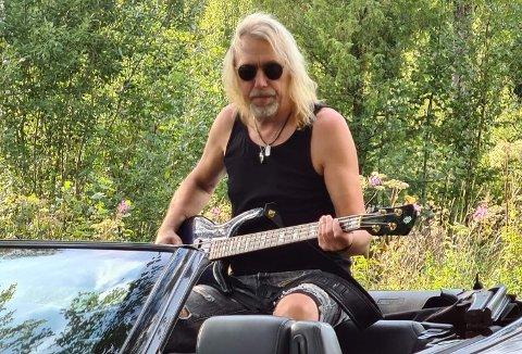 I KJENT POSITUR: Sid Ringsby, her avbildet under en innspilling for Lasse Jensen (Lazz) i sommer, har levd et langt liv som bassist. Tirsdag fyller han 60 år.
