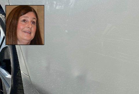 LEI SEG: Astrid Marie Berg (innfelt) ble lei seg da hun så at noen hadde bulket familiens nye bil og stukket av utenfor Hageland Aurskog søndag.