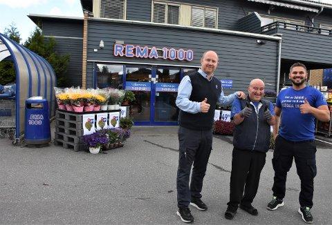 """Hamzat Merzjoev (t.h.) er den nye butikksjefen ved Rema 1000 Aurskog og vil få god hjelp fra Per Kristian """"PK"""" Fjeld (i midten) og eier Kai-Petter Ulbo. Alle foto: Trym Helbostad"""