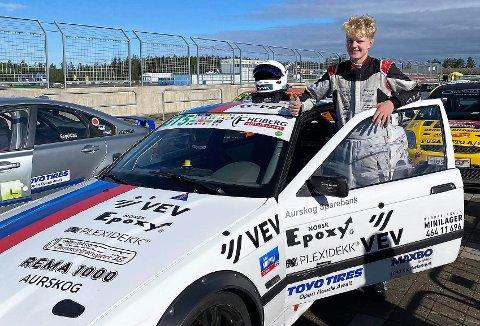 UTEN RESPEKT: 15-ÅRIGE Felix Heiberg fortsetter å imponere i NM-racingens GT5-klasse. Nå har unggutten fra Aurskog los på en medalje foran den avsluttende runden. Foto: Privat