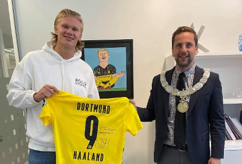IKON: – Han er verdskjent, ei stjerne, seier ordføraren. Erling Braut Haaland fekk kommunens heiderpris for 2020.