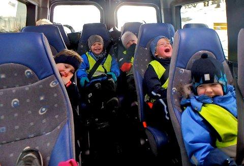 GOD STEMNING: Mads Suthmann, Mikkel R. Enerhaugen, Anna Sølverud, Elliot F. Kirhus og Victor S. Kolberg lo så tårene spruta, på tur med minibussen.