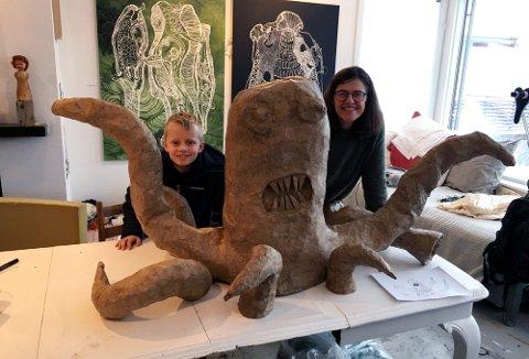 TEGNING BLIR SKULPTUR: Leander (9) fikk se kunstner Pippip Ferners utforming av blekksprut-skulpturen han tegnet.