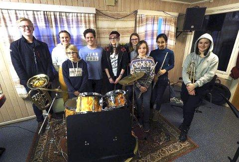 Øver for fullt: Ni av totalt 35 elever som skal spille på Vinterrock her under øving i det Gule huset i Sande.             alle foto: Svein-Ivar Pedersen