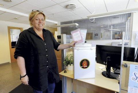 Siste telling: – Tirsdag kveld telles de siste stemmene ved årets jevne kommunevalg, sier valgansvarlig Pernilla Tronrud. Foto: Pål Nordby