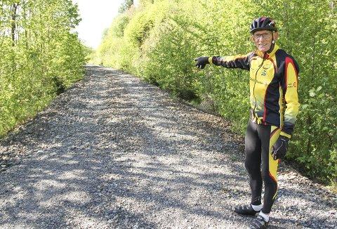 TRENGER KUN ET TOPPDEKKE: – Her kan det bli ny gang- og sykkelsti, sier super-trimmer Svein Hvidsten. Han har vært pensjonist noen år, men holder seg i form ved flittig bruk av sykkelen om sommeren og skiene om vinteren. Bildet er tatt ved Snekkestad, der den ubrukte jernbanetraséen strekker seg sørover. Foto: Lars Ivar Hordnes