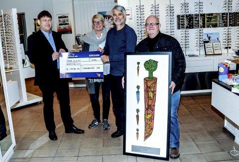 Sørvisprisen 2015: Ståle Gundersen fra Sparebanken Sør overrekker årets pris til optiker Vestøl. Fra venstre Ståle Gundersen, Turid Ausland, Jon Vestøl og Nicolai Jørgensen fra KV.