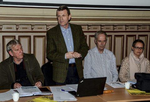Tok styringen: Kåre Preben Hegland kunne ønske velkommen til årsmøtet. Til venstre Bjørn Olaf Isaksen. Til høyre, Per Johnny Thoresen og Linn Clausen Endresen