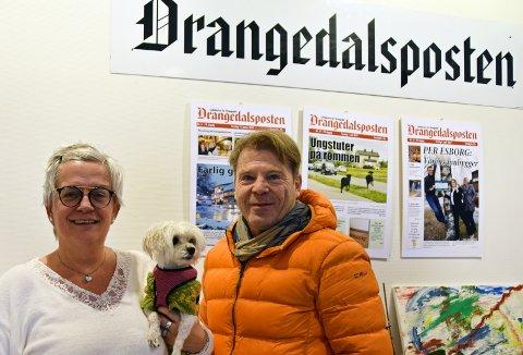 STØTTE: Inger Lehne Solheim med redaksjonshunden Lexi og Jan Magne Stensrud i Drangedalsposten har fått 100 000 kroner i støtte fra Fritt Ord.