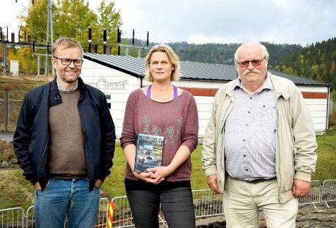 JUBILEUMSBOK: Jubileumsboka blir delt ut til alle husstander i Drangedal. Fra venstre: Jan Gunnar Tors, Anne Kjendsheim og Magnus Straume.
