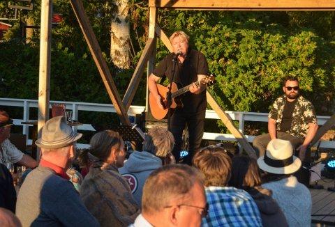 Jørn Hoel har spilt i Kragerø ved flere tidligere anledninger. Her hos Haga kystkafé på Jomfruland for et par år siden. Arkivfoto: Sondre Lindhagen Nilssen