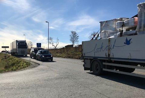 Halsnøytunnelen var i ein kort periode stengd onsdag ettermiddag, noko som førte til køar. (Foto: Kvinnheringen-tipsar).